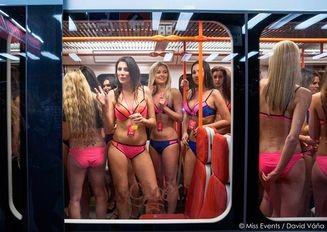 Участницы «Мисс Чехия» проехались в купальниках в метро Праги