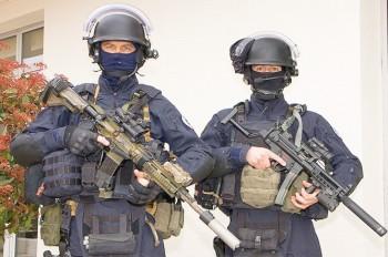 Вооруженный грабитель взял в заложники ребенка в Праге