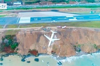 В Турции пассажирский самолет выкатился на край обрыва