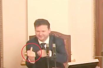 Председатель парламента Чехии показал неприличный жест: видео