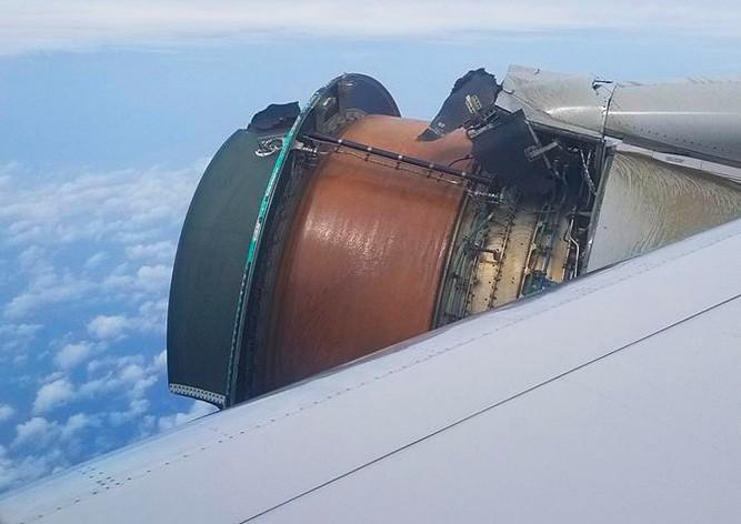 У пассажирского «Боинга» в полете развалился двигатель: видео