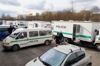 Полиция депортировала 55 иностранцев, задержанных на складе Rohlík.cz
