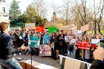 У посольства России в Праге прошел антикоррупционный митинг «Он нам не Димон»