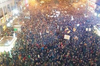 В Праге прошел многотысячный митинг против депутата-коммуниста