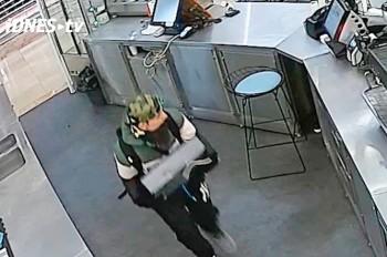 Наглая кража кассы из пражского кафе попала на видео