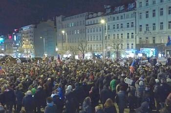 Тысячи пражан вышли на митинг в поддержку свободы СМИ