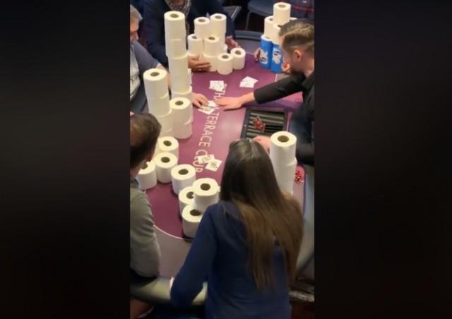 ВИДЕО: в частном клубе Лондона сыграли в покер на туалетную бумагу