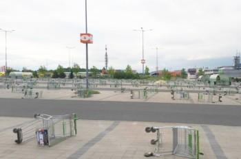 Курьезный инцидент на парковке чешского ТЦ попал на видео