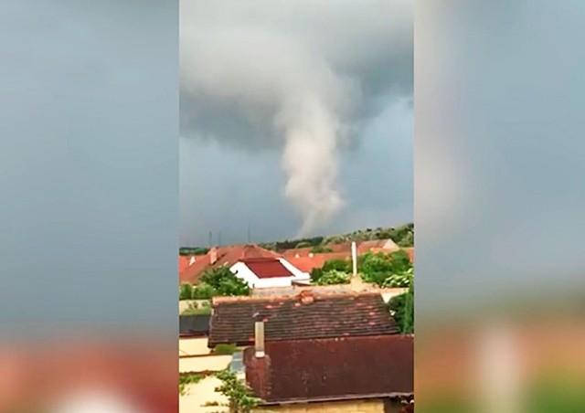 Над Чехией пронесся торнадо: видео