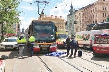 Трамвай насмерть сбил двух человек в центре Праги