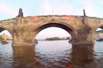 Парашютист пролетел под Карловым мостом Праги: видео