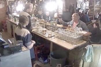 В Чехии курильщик избил бармена за просьбу потушить сигарету: видео