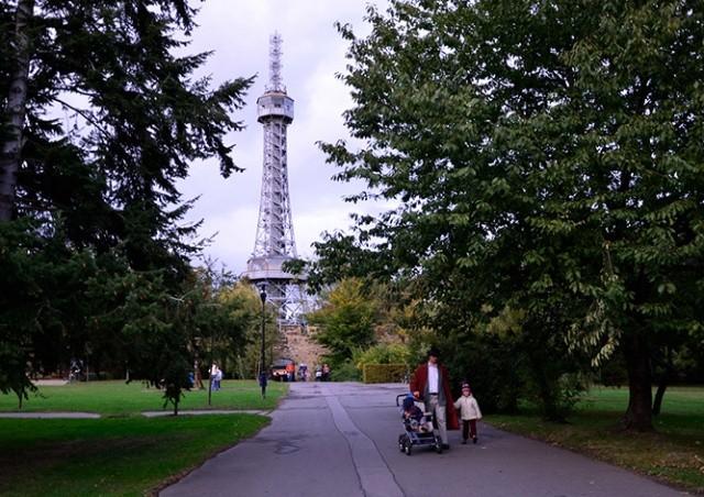 Петршинская башня в Праге окрасится в красный цвет