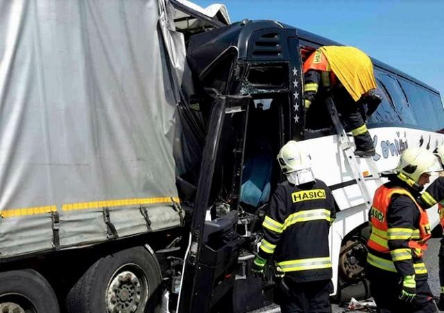В Чехии школьный автобус врезался в фуру: 18 пострадавших