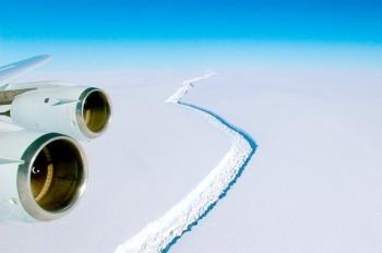От Антарктиды откололся гигантский айсберг весом в триллион тонн: видео