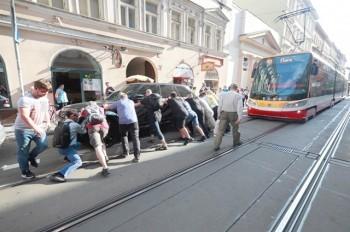 Внедорожник с украинскими номерами заблокировал движение трамваев в Праге