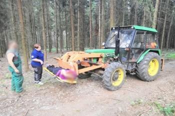В Праге травмированную женщину вывезли из леса в ковше трактора