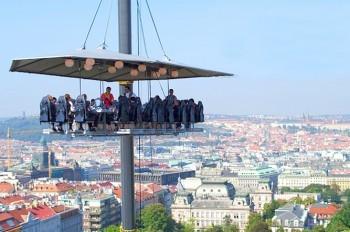 В центре Праги откроется необычный аттракцион «Ужин в облаках»