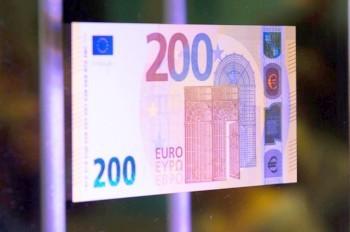 Представлены новые банкноты 100 и 200 евро