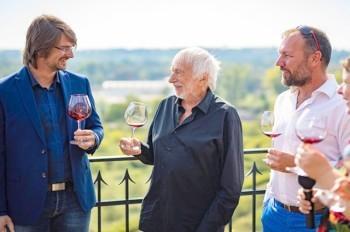 Пьер Ришар посадил в Праге виноград: видео