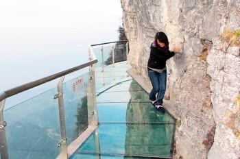Знаменитый стеклянный мост в Китае «треснул» под ногами туристов: видео