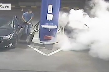 Видео: работник заправки жестко проучил курильщика