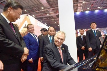 Президент Чехии сыграл на рояле для Медведева и Си Цзиньпина