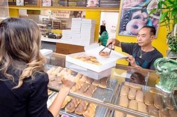 Горожане массово скупают пончики, чтобы пекарь успевал к больной жене