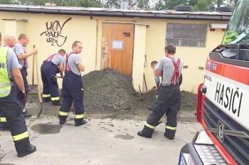 Пражские пожарные вызволили мужчину из «бетонного плена»
